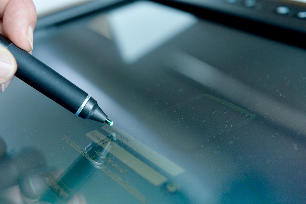 Ein Stift wird auf einem Bildschirm geführt